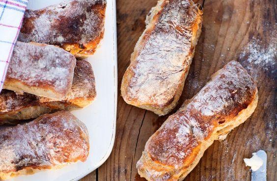 Låt degen jäsa i kylen över natten, så har du nybakat på nolltid till frukosten! Blandar du dessutom alla torra ingredienser i förväg i en fin burk så blir det ännu enklare att servera pinfärskt bröd.