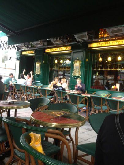 Dit fantastisch en gezellig restaurant/café zal jullie versteld laten staan vanaf de eerste seconde. Het biedt jullie een wereldse diversiteit aan menu's om 'U' tegen te zeggen. Ook om zomaar gezellig een onderonsje te hebben is dit dé plaats waar jullie niet rap zullen verdwijnen. Jullie moeten gewoon een blik geworpen hebben op hun ruim aanbod aan typisch Belgisch bieren en heerlijke cocktails en toch minstens van elk iets geproefd hebben. De reden waarom je hier gerust een tijdje zal…