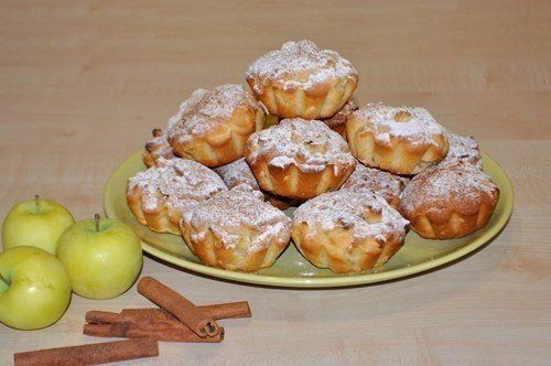 Сочные яблочные кексы  Ингредиенты:  Масло сливочное – 150 гр.; Сахар мелкий – 2/3 стакана; Яйца – 2 шт.; Мука - 1 и 2/3 стакана; Разрыхлитель – 1 пакетик; Соль – щепотка; Яблоки нарезанные – полная банка 0,5 литра. Лимон – половинка; Для посыпки – сахарная пудра, корица  Приготовление:  1. Приготовить эти кексы очень просто, если есть миксер – вручную взбивать масло с сахаром тоже можно, но уж очень долго. 2. Масло достаньте из холодильника и дайте ему согреться, стать мягким. Поместите в…