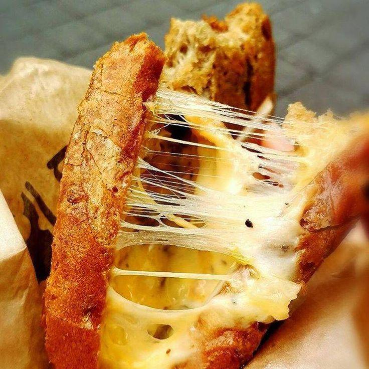 いま日本では「わんぱくサンド」を筆頭にボリューム満点のサンドイッチが流行していますよね。でも実は韓国でもグルメサンドは大人気。今回は、「メルティングモンキー」の「グリルドチーズサンド」をご紹介します。お餅のように伸びる濃厚チーズに注目です! (2ページ目)