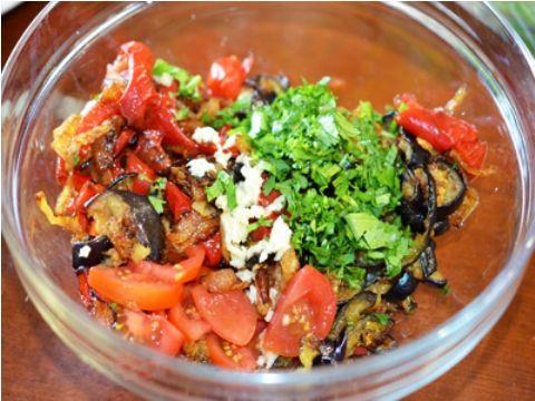 Итальянская капоната из баклажанов с помидорами: http://sov.luxpovar.ru/italyanskaya-kaponata-iz-baklazhanov-s-pomidorami/ это салат, который подаётся, как закуска или самостоятельное блюдо. Очень вкусно!