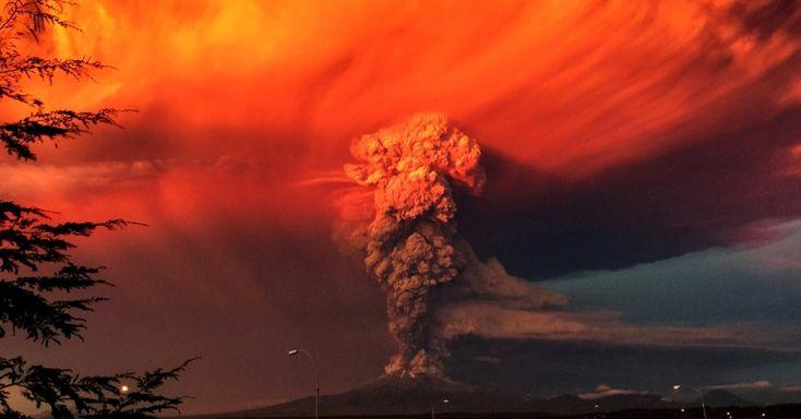 O vulcão Calbuco solta fumaça durante erupção em imagem feita desde a cidade de Puerto Montt, no Chile
