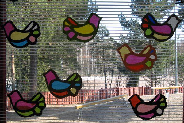 Silkkipaperi-kartonkiset pääsiäislinnut ikkunassa