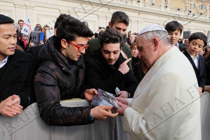 Piero le entra el CD y Platica con el