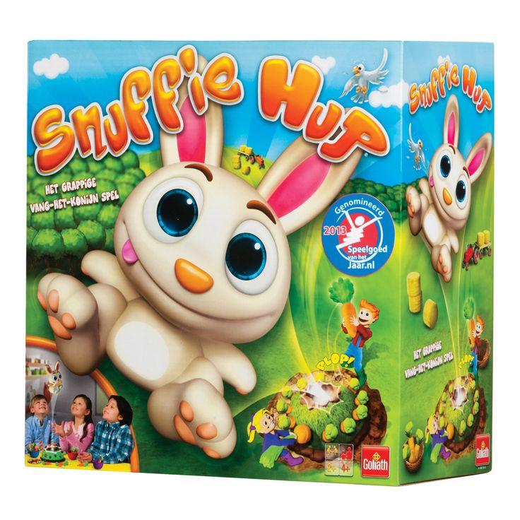 Snuffie staat op zijn konijnenheuvel en waakt over de wortels... Wie durft er een wortel uit de heuvel te trekken? Let goed op, wanneer je de verkeerde wortel pakt, dan vliegt Snuffie de lucht in! Je wilt toch niet dat Snuffie zich bezeerd, dus vang je hem gauw op. Heb je Snuffie gevangen, dan... mag je een wortel van iedere speler pakken. Tel de wortels en wie de meeste heeft is de winner. Afmeting: verpakking 26,5 x 26,5 x 12,5 cm - Snuffie Hup