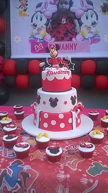 Sukie Lanza (92) 995069615 Bolo em tres andares vermelho branco e preto Minnie Mouse com topo de Minnie modelada a mão