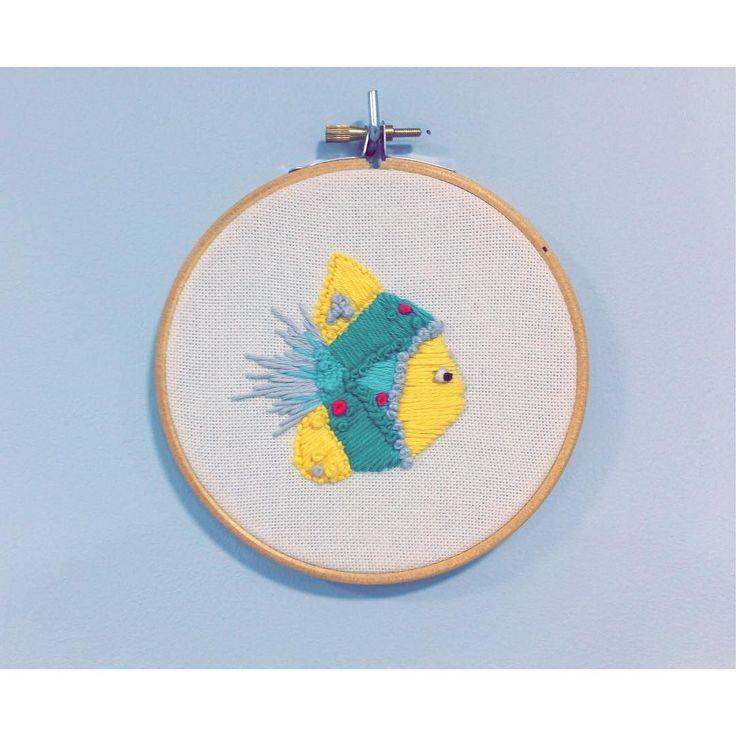 La pared azul le viene de maravilla a nuestro pez tropical  #peztropical #fish #embroidery #embroidered #handcrafted #santander #shoppingsantander #plazapombo #cantabriainfinita #mardelnorte #itstropical