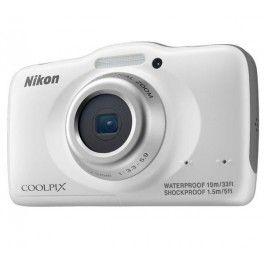 Etanche jusqu'à 10 mètres de profondeur, l'appareil numérique Nikon Coolpix S32 est un compact malin et puissant. Il est équipé d'un capteur CMOS de 13,2 mégapixels et d'un zoom optique 3x. Robuste, son boîtier aux formes arrondies est garanti antichoc jusqu'à 1,5 mètre de hauteur. Le Coolpix S32 enregistre des images de grande qualité et des vidéos au format Full HD 1080p.Ce compact Nikon dispose de modes scène et de plusieurs effets pour être le plus intuitif possible. Il propose également…