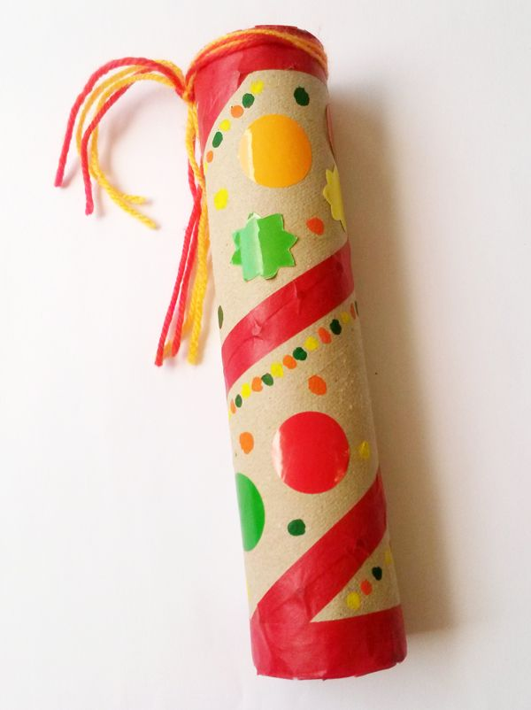 Le bâton de pluie est un instrument artisanal qui reproduit le bruit de pluie. C'est un son très mélodieux. Fabriquez votre propre bâton de pluie en suivant les étapes de ce bricolage pour enfants très simple à réaliser pour la fête de la musique par exemple !