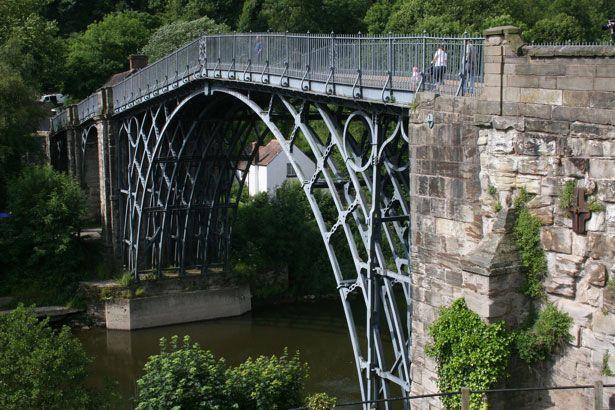 """El Puente de Hierro (Coalbrookdale, Reino Unido)  """"Es un puente de hierro inglés, se hizo famoso durante la Revolución industrial al convertirse en el primer puente en arco fabricado utilizando hierro fundido, que anteriormente era demasiado costoso como para usarlo en grandes estructuras."""""""