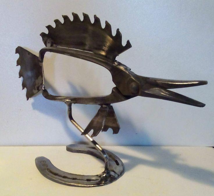 Poisson en matériel de récupération: scie circulaire, pince et fer à cheval