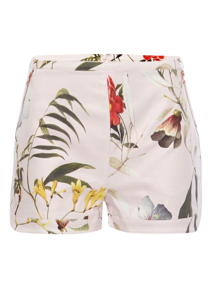 Lichtroze vintage shorts Vazte met botanisch dessin van Ted Baker. Dit high-waisted model heeft een verstevigde tailleband, twee schuine steekzakken met rosékleurige ritssluitingen, een verhulde ritssluiting aan de achterzijde en korte, atletisch-geïnspireerde pijpen.