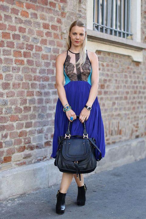 Un vestido, dos tendencias: encaje y plisado en azul klein. Nos fijamos en la sutil combinación de maxi anillo azul celeste con los detalles laterales del vestido.