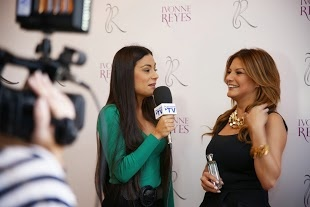 Ivonne Reyes atendiendo a los medios en la presentación de su fragancia IR by Ivonne Reyes
