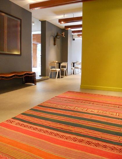 Usa alfombras andinas para crear espacios entretenidos y vivos.