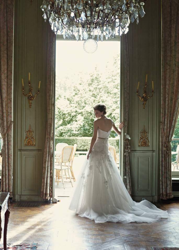 Ρομαντικά νυφικά. Ένα ρομαντικό νυφικό μπορεί να είναι ένα απλό ίσιο φόρεμα με πέπλο από δαντέλα ή τούλι. Σημασία έχει να είναι το φόρεμα των ονείρων σας και να σας αρέσει.