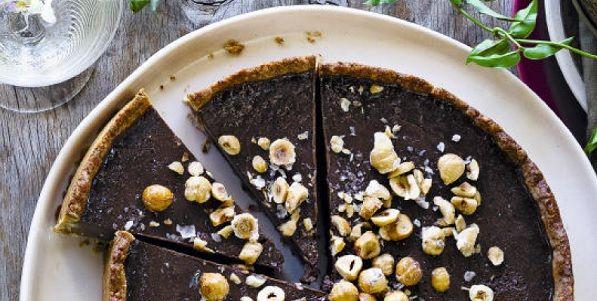 Log in of Registreer om recepten te bewaren.Feestrecepten komen áltijd van pas! Een speciale dag – omdat de eerste sneeuw valt, je trouwdag, omdat je eindelijk je rijbewijs hebt – vraagt om het lekkerste zoet. En zeker als de pure chocoladevulling in een jasje van hazelnootdeeg zit! chocoladetaart met hazelnootdeeg gebak of nagerecht   10...