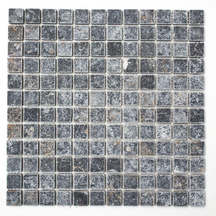 Mosaik av natursten Klassisk svart naturstensmosaik (även kallad tumlad sjösten/antik marmor) där varje sten är unik. Stenplattorna är svarta men den kara