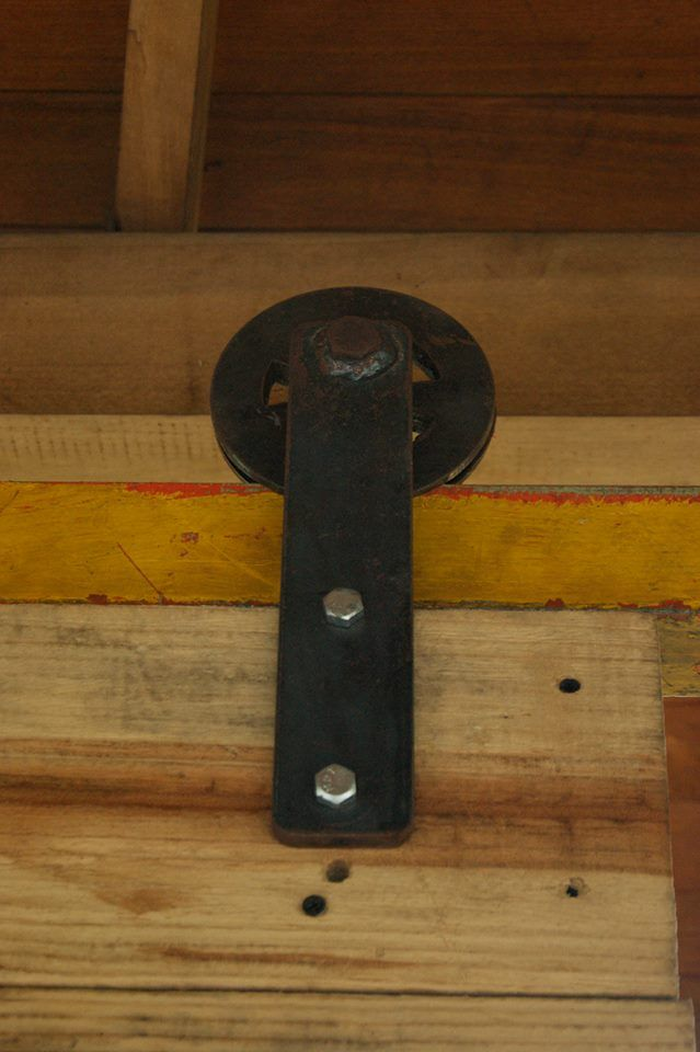Puerta corrediza fabricada en madera de pino, rieles y ruedas en hierro.  #arte #hogar #finca #herramientas #ideas #construccion #rustico #diseño #puerta #madera #decoracion #inmobiliario #muebles #hierro #artesania #idea #hogar