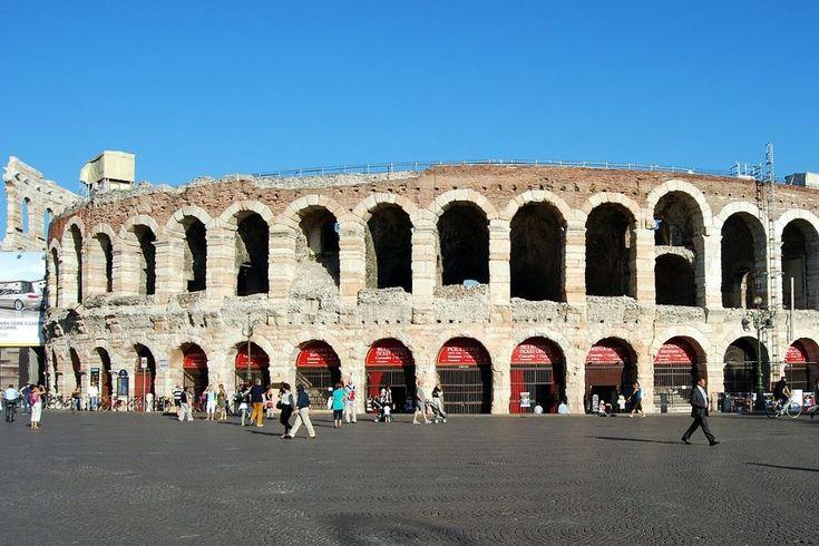 Eines der schönsten und interessantesten Erlebnisse, das Sie auf Ihrer Italienreise machen können, ist mit Sicherheit, ein Opernbesuch im wunderschönen Verona. Jeden Sommer finden im Inneren der antiken Arena grandiose theatralische Opern, Aufführungen und Konzerte mit Künstlern aus aller Welt statt. Viele Musikliebhaber reisen nach Verona, nur um in der Arena die Oper zu besuchen. Die Besichtigung der bezaubernden Altstadt und der Stätte von Romeo und Julia ist für sie nur ein angenehmes…