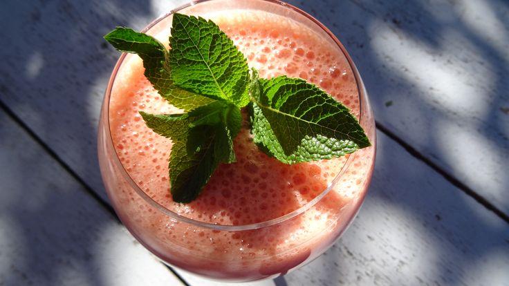 Wat een lekker 's zomers sapje dit! Puur natuur, zonder suiker! Recept op http://www.coachinge.nu/citrus-aardbei-sap/