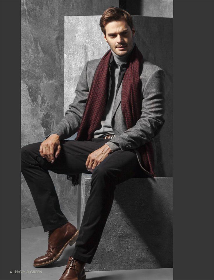 Ανδρικό σακάκι, παντελόνι και πουλόβερ Navy&Green από τη συλλογή City Elegance. Ολοκληρώστε το look με ένα μπορντό κασκόλ.