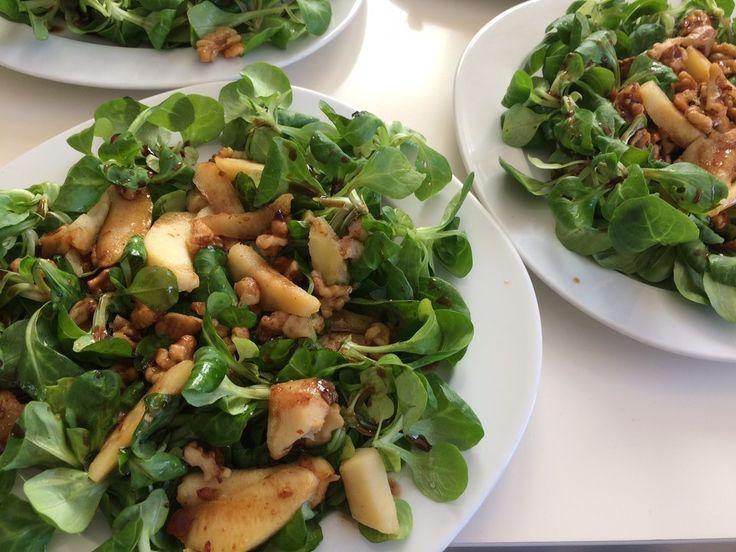 Feldsalat mit gebratenen Birnen und Walnüssen, ein tolles Rezept aus der Kategorie Salat. Bewertungen: 419. Durchschnitt: Ø 4,4.