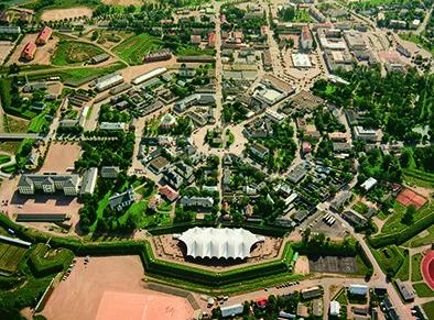 Hamina (ruots. Fredrikshamn) on Suomen kaupunki, joka sijaitsee Kymenlaakson maakunnan rannikolla. Asukasluku on 21 178. Ja jos ihmettelitte, miksi Haminaa kutsutaan Ympyräkaupungiksi, niin kuvassa on vastaus. Kirjoittanut Veeti