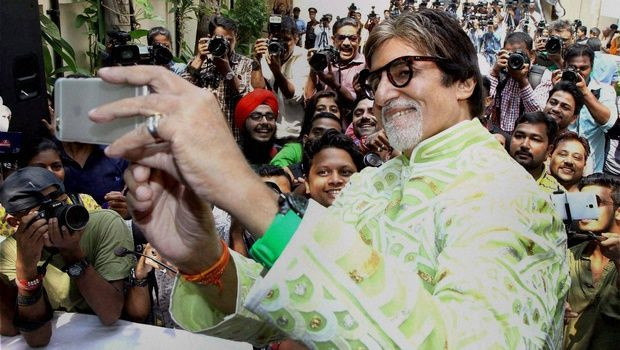 "Megastar Amitabh Bachchan, who visited a college to launch the latest song ""Jeenay De Mujhe"" from his forthcoming film ""Pink"", was spotted interacting and taking selfies with students. Big B along with Shoojit Sircar, Ronnie Lahiri, Kirti Kulhari, Andrea Tariang, Angad Bedi launched the first song from ""Pink"" amongst thousands of passionate college students and … Continue reading ""When Amitabh Bachchan Took Selfies With Students"""