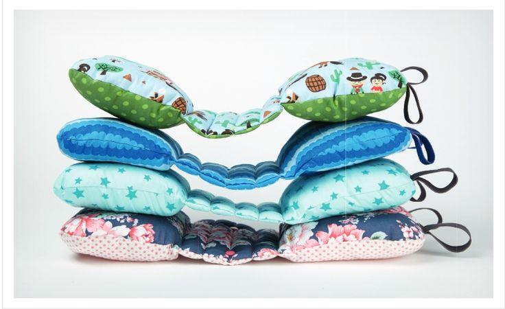 Pratique, ce coussin de voyage peut être attaché à la ceinture de sécurité ou posé sur l'épaule et convient idéalement comme coussin pour la nuque qui accompagne la petite sieste.