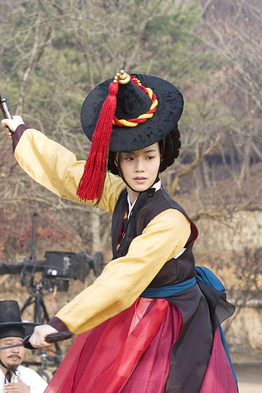 '바람의 화원' 문채원, 칼춤 도전 ´황진이, 물렀거라´ - 일간스포츠