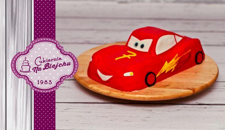 Tort w stylu angielskim, tort w kształcie auta, czerwone auto, tort dla chłopca, tort urodzinowy dla dziecka, tort McQueen, Zygzak McQueen