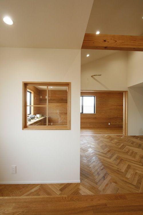 ヘリンボーン貼りのLDK、板壁のサンルーム、室内窓。_MG_9878
