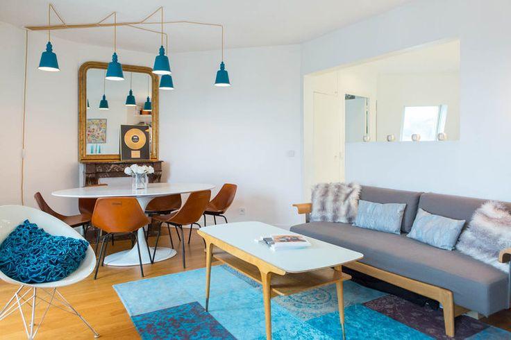 Un salon bleu et bois : Un appartement familial ouvert et lumineux - Journal des Femmes
