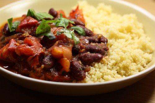 un chili de haricots rouges mexicain, avec du chorizo espagnol, du basilic provençal, et de la semoule d'Afrique du Nord !!! Audrey cuisine