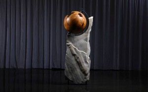 "INTERIEUR | stein-werk.at ""The World"" Wurzelholzkugel Thuja auf Sölker Marmor (drehbar)"