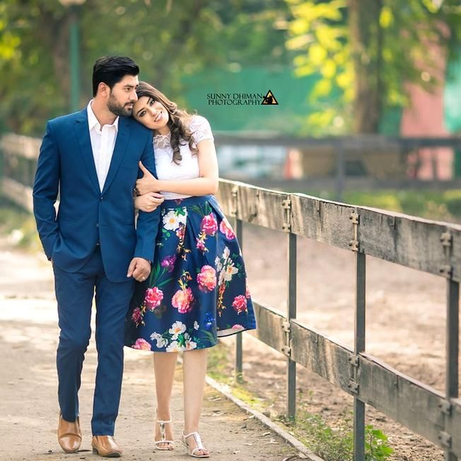 Pin By Elsa Sfeir On Engagement Poses In 2020 Wedding Photoshoot Poses Pre Wedding Photoshoot Outdoor Indian Wedding Photography Couples