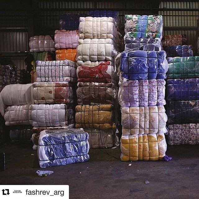 """#Repost @fashrev_arg (@get_repost) ・・・ 👉🏼 El paradigma de la """"Fast fashion"""" se reduce en comprar, usar y tirar, pues las colecciones están pensadas para volverse obsoletas en cuatro meses y sus textiles no son de la mejor calidad. . El precio de cumplir con este objetivo es grande. Según un informe de la Fundación Ellen MacCartney, la industria de la moda emite 21 veces más CO2 que la del transporte, contamina miles de ríos y cada segundo se quema el equivalente a un camión de basura lleno…"""