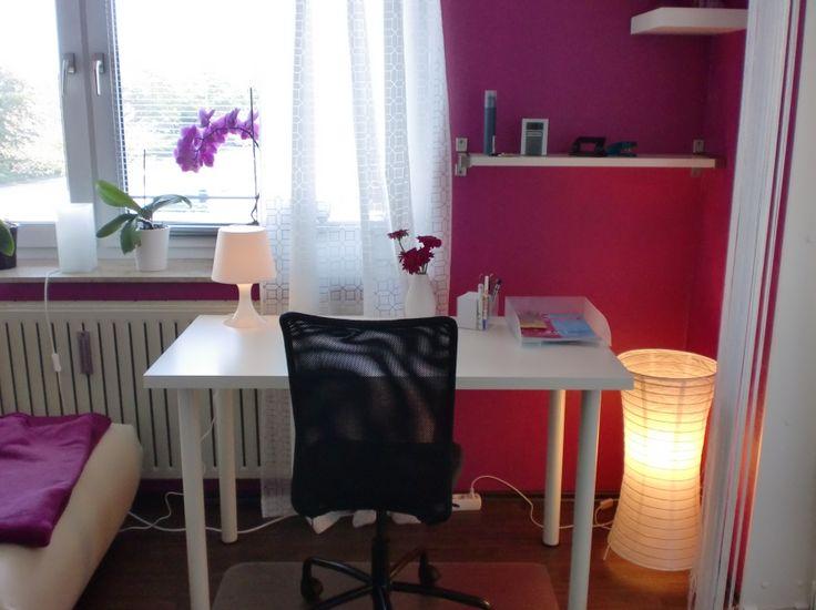 INTERIOR / WOHNEN: Pinkes Wohnzimmer / Arbeitszimmer. Weißer Ikea Schreibtisch, Girly Room