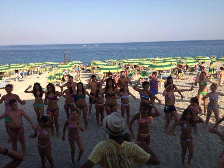 Poi in spiaggia l'animazione ci coinvolgeva con divertentissime attività di gruppo!!!