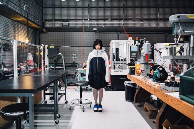 「メカを着ること」を目標に、ロボティクスファッションの制作を続けるクリエイター 「きゅんくん」に注目が集まっている。「装苑」や「Numero TOKYO」に掲載された他、日経ビジネスの2016年1月4日号の表紙を飾るなど、ファッション以外のメディアでも大きく取り上げられている。機械工学を学びながらファッションとして着用するロボットを制作している若干21歳の女性クリエイターに迫る。