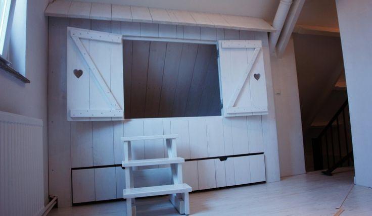 Bedstee van nieuw steigerhout onder schuin dak afgewerkt in zijdeglans wit slaapkamer femke - Hoogslaper met geintegreerde garderobe ...