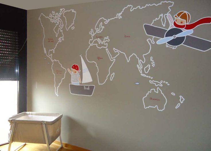 Mural infantil personalizado Mapamundi con pirata y aviador pintado en la habitación de Biel por Stencil Barcelona