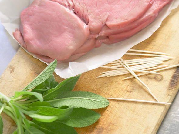 Plattieren, aufspießen, braten - bevor die Saltimbocca alla romana in Ihren Mund hüpfen dürfen, machen die italienischen Schnitzelchen einiges mit. So geht's!