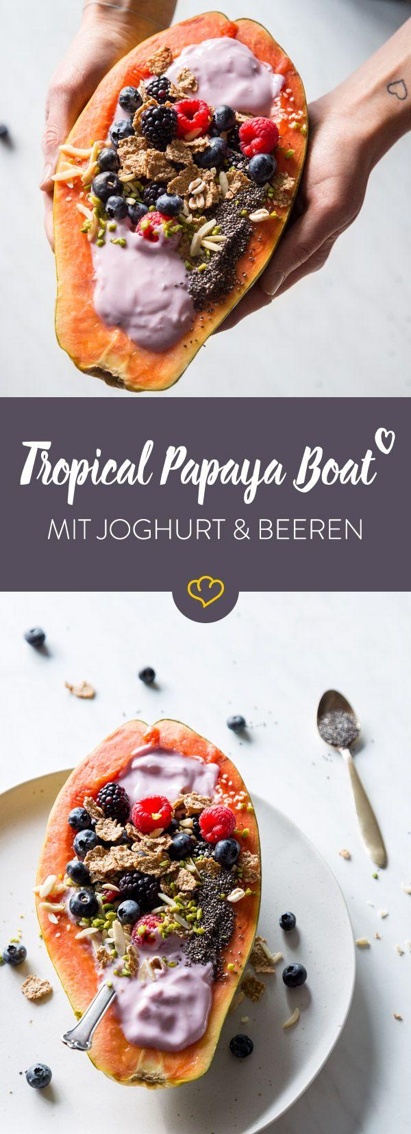 Dieses Tropical Papaya Boat mit Joghurt, Beeren und Nüssen schmeckt genauso toll wie es aussieht und ist dabei auch noch richtig gesund!