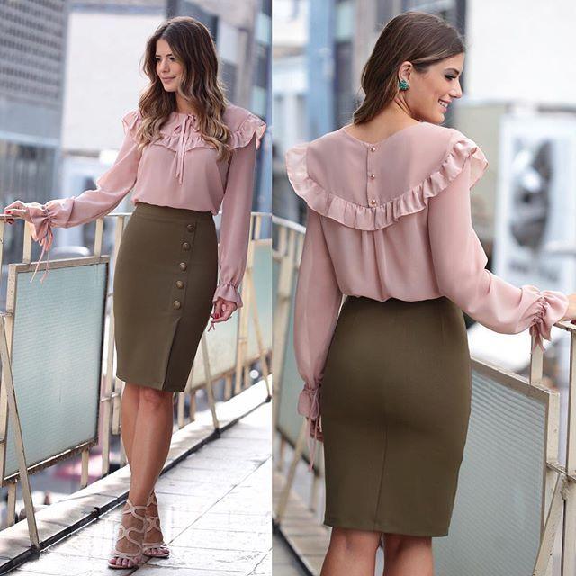 {Look todo @karmanioficial} Camisa de babados mais linda da vida com saia de botões! ❤️ Sandália @sapatosecia
