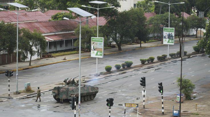 Ein Panzer und Soldaten stehen am Mittwochmorgen auf der Strasse, die zum Büro von Präsident Robert Mugabe in Simbabwes Hauptstadt Harare führt. (Bild: Tsvangirayi Mukwazhi / AP Photos)