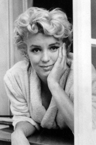 Használati tárgyak Marilyn Monroe hagyatékából - most kalapács alá kerülnek. Az ikonikus színésznő és örök szexszimbólum fennmaradt holmijából az eddigi legnagyobb árverést rendezik november 17-19-e között Los Angelesben. Online és élőben lehet licitálni. Persze nem is lenne valamirevaló az aukció, ha nem lehetne megvenni Marilyn leghíresebb ruháit vagy ékszereit, de erre az alkalomra tényleg a szokásosnál is sokkal több személyes tárgyat gyűjtöttek egybe az aukciós háznál. Tulajdonképpen az…