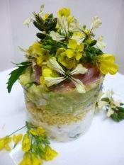 楽天が運営する楽天レシピ。ユーザーさんが投稿した「春風ミルフィーユ♪ポテト・アボカドサラダ」のレシピページです。小松菜やルッコラの花を飾りかわいいサラダです。丸抜きで小さいケーキ型にしましたが、グラスで作れば時短で前菜♪使った菜花は、小松菜とルッコラです。。サラダ。ポテトサラダ,山ウドと餅粟の甘酢和え*もちあわ,山ウドと餅粟の甘酢和え*千切り山ウド,アボカドタルタル,胡瓜*薄い輪切り,生ハム,食用菜花(花穂部分)
