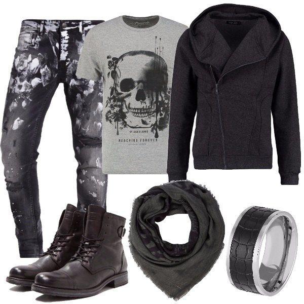 Stile grintoso per il papà rock. Felpa grigio scuro con cappuccio e zip, t-shirt con teschio, jeans effetto rovinato, scarponcino antracite, sciarpa quadrata e anello in acciaio.